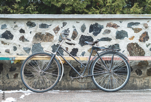 Tuinposter Fiets Vintage bicycle on the stone wall background