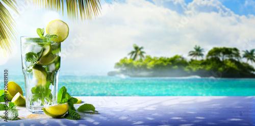 La pose en embrasure Cocktail Summer Tropical Cocktail drink; enjoy mojito Paradise