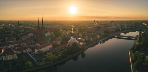 Dzień dobry Wrocław! Poranny widok z lotu ptaka na budzący się Ostrów Tumski - Wrocław, Polska