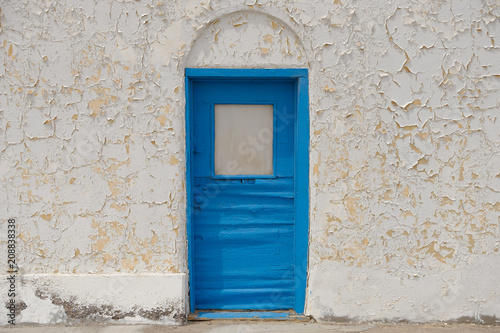 Foto op Plexiglas Theater Blue door and white wall of an old Opera House in the California Desert