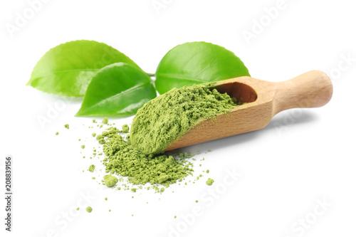Miarka z sproszkowaną matcha herbatą i zielenią opuszcza na białym tle