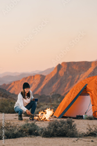 Foto op Canvas Kamperen hiker camping in a desert wilderness by a campfire