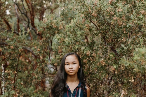 Spoed Foto op Canvas Bomen A Simple Portrait of an Asian Girl in a Tree
