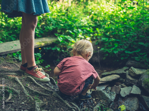 Foto Mother and toddler relaxing by a brook