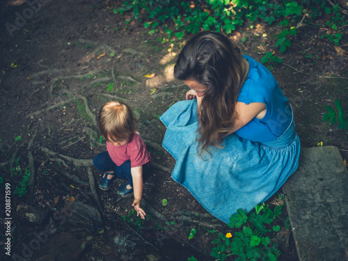 Fotografia Mother and toddler relaxing by a brook
