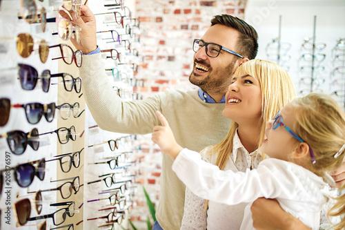 Fotografía  Family in optics store