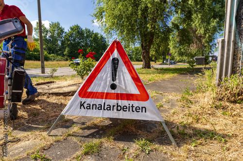 Fotobehang Kanaal Warndreieck , Aufsteller mit der Aufschrift Kanalarbeiten