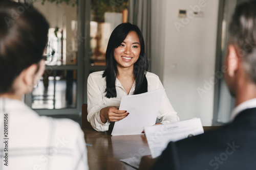 Fotografía  Business, career and recruitment concept - young asian woman smiling and holding