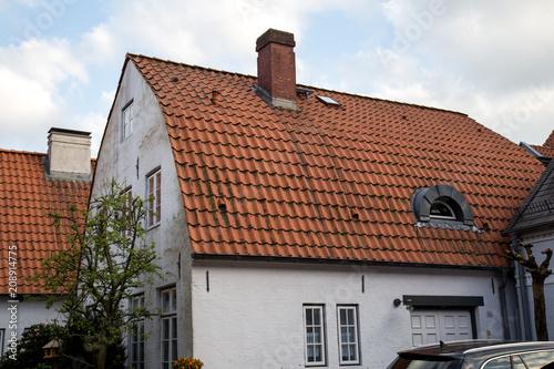Tonnendach Haus Mit Rotem Ziegeldach Buy This Stock Photo And