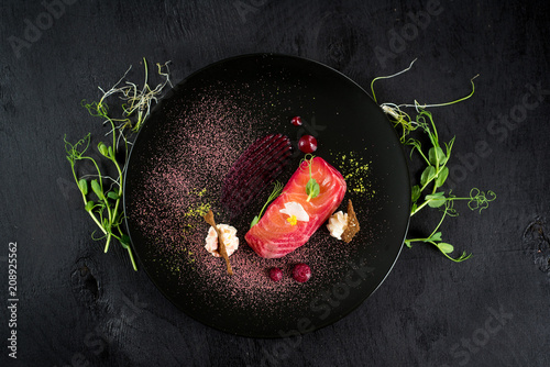 Photo Red fish salmon dish with sauce on black background