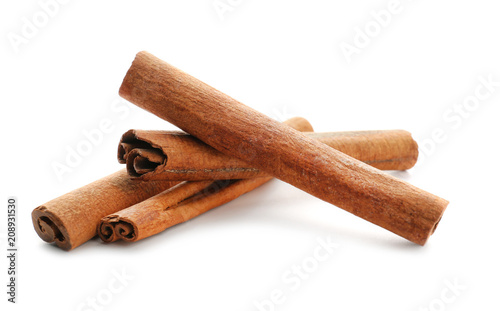 Cinnamon sticks on white background Fototapete