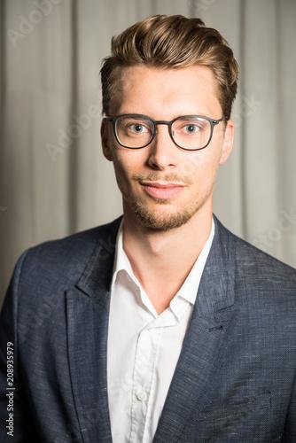 Portrait Junger Mann Mit Blauen Augen Und Blonden Haaren Buy This