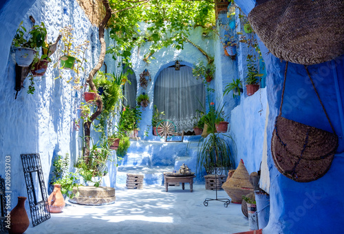 Canvas-taulu Street landscape of the of old historical medieval city Сhefchaouen in Morocco