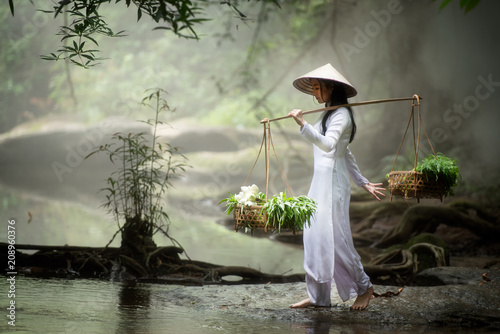Photo  Beautiful women with traditional Vietnamese culture Ao dai is a traditional cost