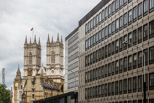 Fotografía  View of a building in London, with Big Ben and Westminster Abbey in the backgrou