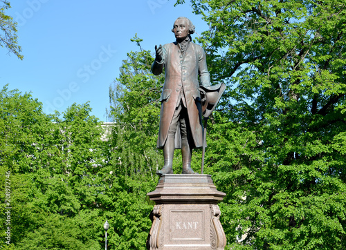 Foto auf Gartenposter Historische denkmal Monument to Immanuel Kant against the background of young foliage. Kaliningrad