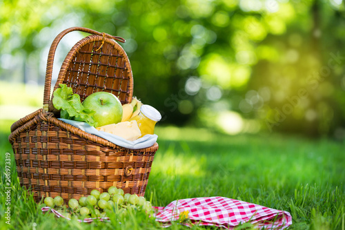 Ingelijste posters Picknick Picnic basket with vegetarian food in summer park
