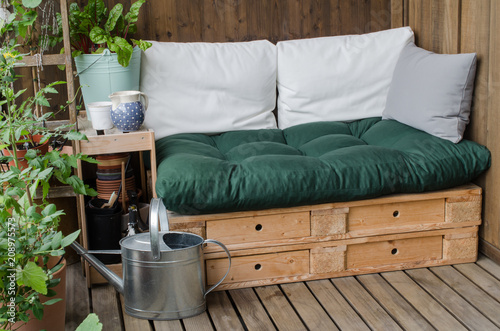 Photo Cozy wooden pallet couch on balcony