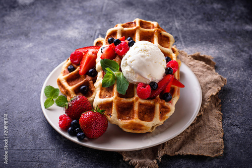 Fotografía Belgium waffles with berries and ice cream