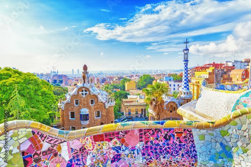 Montage in der Fensternische Zentral-Europa Barcelona, Spain, Park Guell. Fanrastic view of famous bench in Park Guell in Barcelona, famous and extremely popular travel destination in Europe.