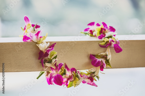 In de dag Centraal-Amerika Landen Hawaii luau icon travel concept: Fresh lei flowers necklace, Kauai hawaiian island tropical vacation background.