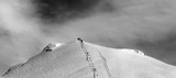 Czarno-biały widok panoramiczny na stok narciarski i wyciąg krzesełkowy - 208993509