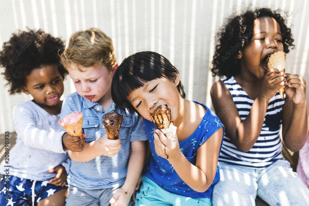 Fototapety, obrazy: Little kids eating yummy ice cream