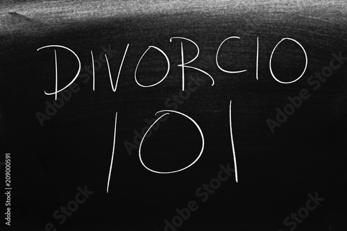 Photo The words Divorcio 101 on a blackboard in chalk