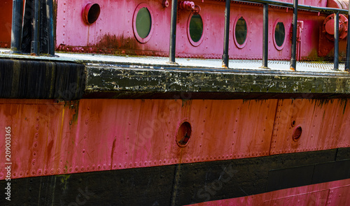 Keuken foto achterwand Schip Portholes and deck on an old red rusty boat