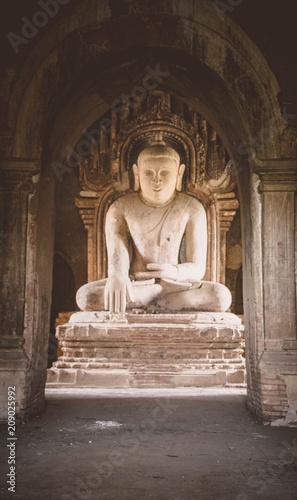Fotobehang Historisch mon. Statue in der Tempelstadt Bagan, Myanmar