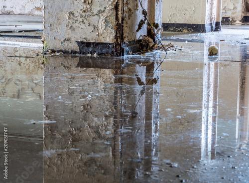 Plakat Obrażenia powodziowe w piwnicy po burzy