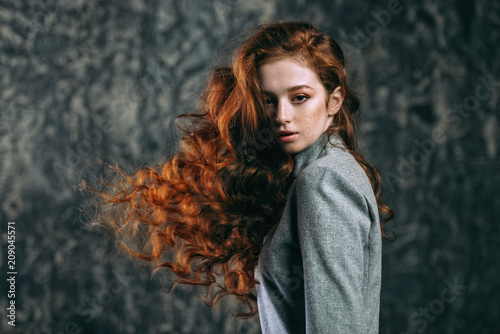 Fotomural long curly red hair