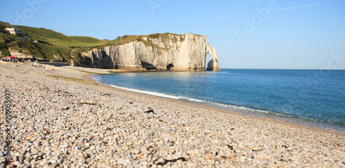 Fotografia Etretat view of the beautiful coastline and alabaster cliffs