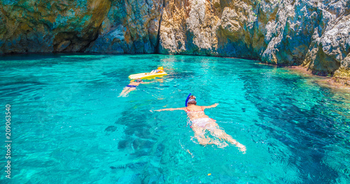 La pose en embrasure Lieu connus d Asie Snorkling in the blue lagoon of Palaiokastritsa, Corfu island, Greece
