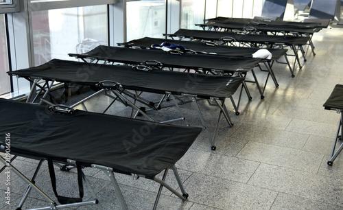 Schwarze Feldbetten auf einem Terminal des Frankfurter Flughafens