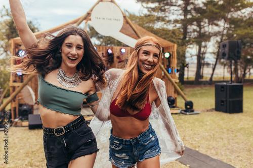 Fototapeta Two cool girls at music festival obraz
