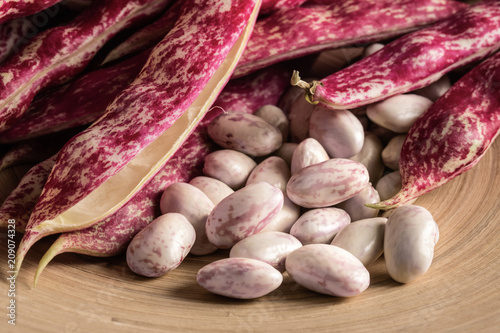 Fotografía Closeup of borlotti beans and pods, cultivated in Italy