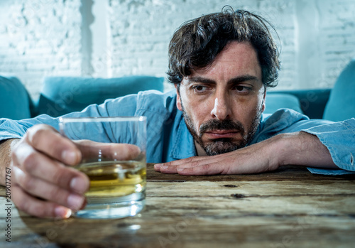 Photo  latin businessman drunk and depressed at home in alcoholic concept