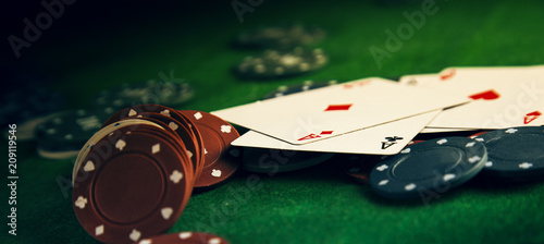 Fotografia Poker chips on a poker table at the casino
