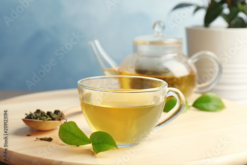 In de dag Thee Cup of hot aromatic tea and teapot on table