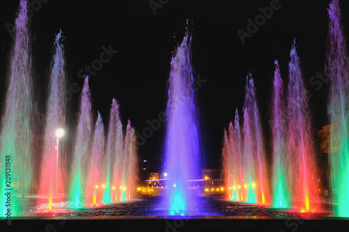 Photo sur Toile Fontaine colored water fountain at night