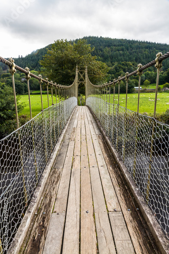 Fotografía  Looking along wooden suspension bridge walkway.
