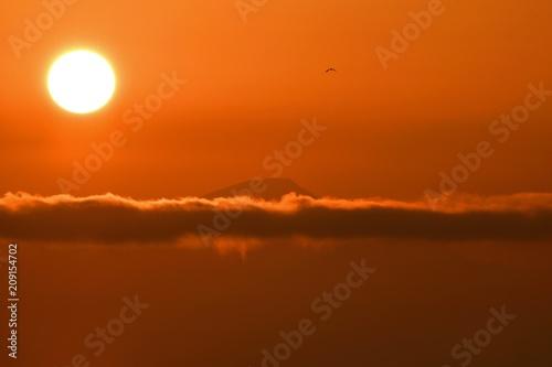 Foto op Canvas Baksteen 雲間から見える伊吹山と朝日
