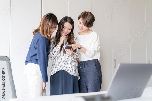 ビジネス・スマートフォン・女性