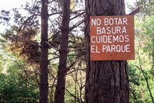 A Sign In A Park - Please Do Not Litter - Spanish