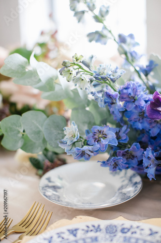 Elegant table setting with flowers
