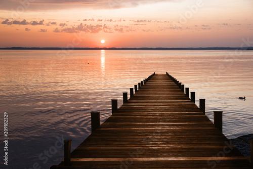 Zdjęcie XXL Drewniany molo na jeziorze i romantycznym zmierzchu