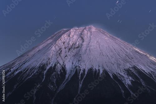 冬の富士山山頂と星空