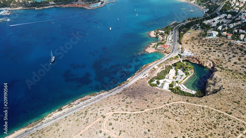 Photo Aerial drone bird's eye view photo of road in Athens riviera seaside known liman