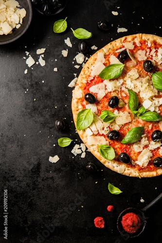 Photo Traditional italian pizza on dark table